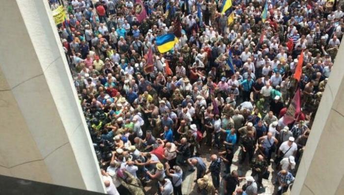 В Киеве шахтёры, чернобыльцы и ветераны-афганцы пошли на штурм Верховной рады