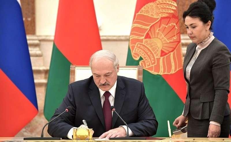 Подписание документов поитогам заседания Высшего Государственного Совета Союзного государства. Президент Белоруссии Александр Лукашенко.