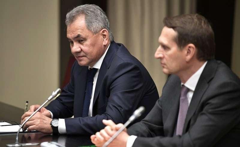 Директор Службы внешней разведки Сергей Нарышкин (справа) иМинистр обороны Сергей Шойгу перед началом совещания спостоянными членами Совета Безопасности.