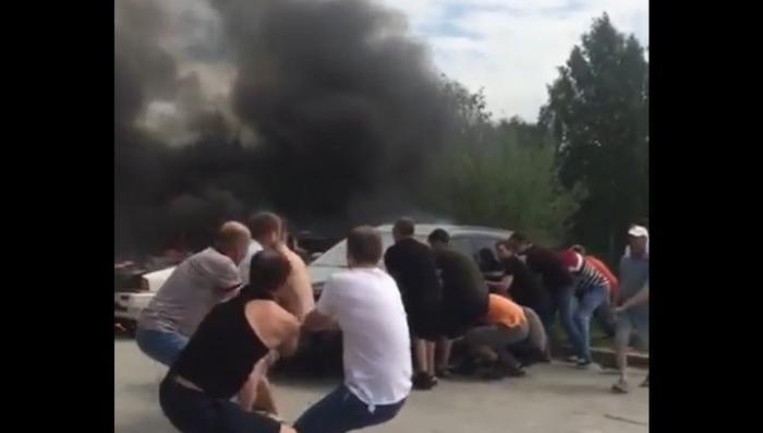 В Новосибирске горожане вручную оттащили машины от пылающей легковушки