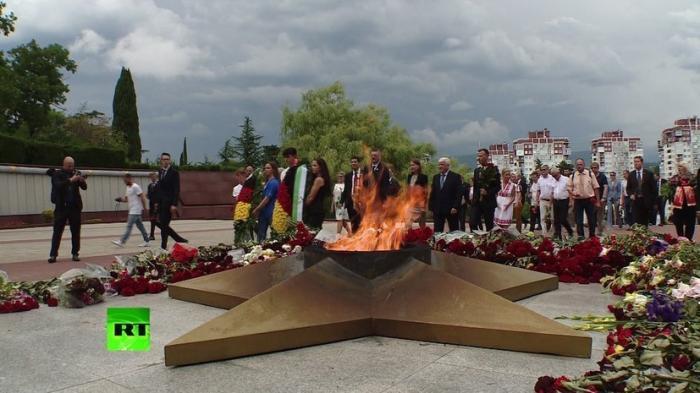 В Сочи делегация из Германии возложила венки к Вечному огню