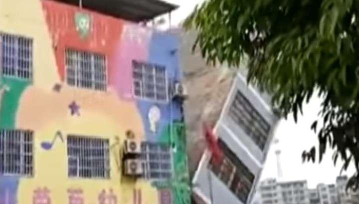 В Китае сильные ливни привели к обрушению жилых домов