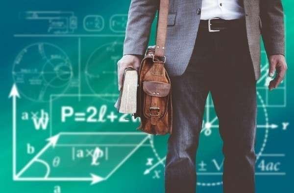 Несправедливая система оплаты труда вынуждает учителя уйти из школы и огромной нагрузки