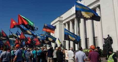 В Киеве у стен Верховной рады собрались сотни обманутых шахтёров