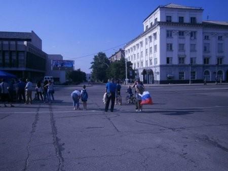 Очень важный вопрос: кому в Луганске мешает российский флаг?