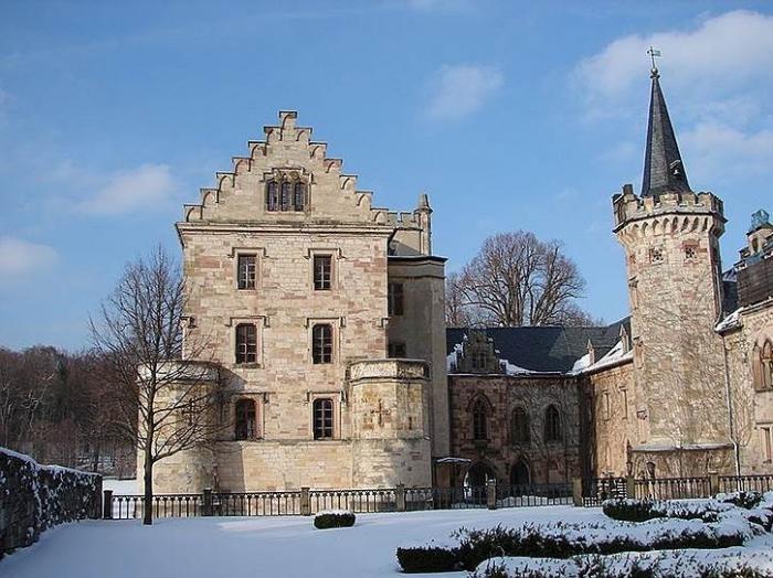 Почему немецкие власти отбирают древний замок у депутата-жулика из России