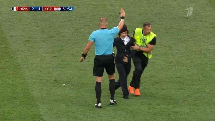 Во время финального матча на поле выбежали озабоченные хулиганки Pussy Riot