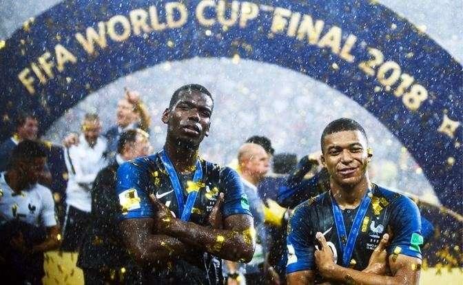 На фото: игроки сборной Франции Поль Погба и Килиан Мбаппе (слева направо), победившие в финальном матче чемпионата мира по футболу - 2018