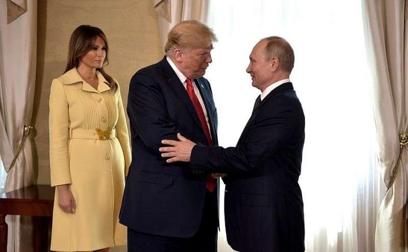 СПрезидентом Соединённых Штатов Америки Дональдом Трампом перед началом переговоров. Слева– супруга Президента Соединённых Штатов Америки Мелания Трамп.