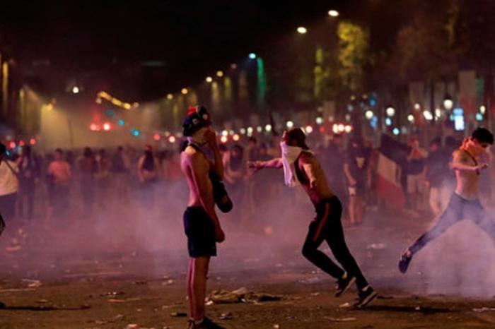 В свободной Франции празднуют победу поджогом машин, а в дикой России – весельем