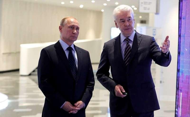 Вовремя осмотра информационных стендов оперспективных направлениях градостроительной политики столицы. Смэром Москвы Сергеем Собяниным.