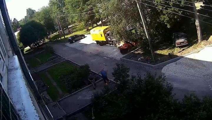Рабочие поймали на руки падающего из окна четвертого этажа ребенка