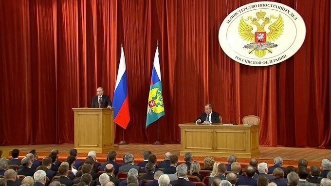 Владимир Путин и Сергей Лавров на совещании послов ипостоянных представителей России