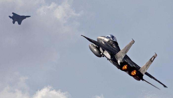 Израильские террористы атаковали палестинские военные объекты