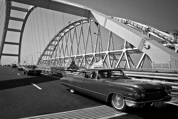 Стартовавшая из Москвы колонна участников первого крымского фестиваля автомобилей «Мост» добралась до Крымского моста. Финальной точкой этого маршрута будет Ялта. В пробеге участвуют классические и культовые автомобили