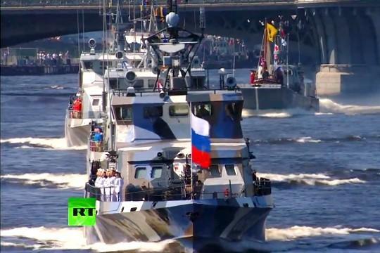 Военно-морской парад. Катер столкнулся с мостом?