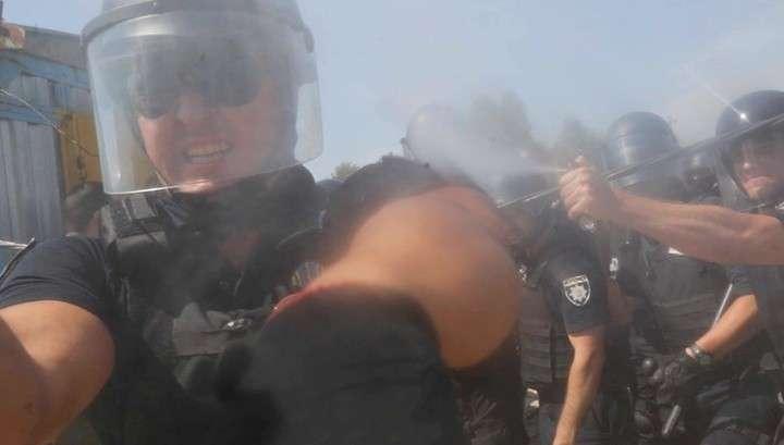 Незалежные полицейский распылил газ в лицо фотографа Associated Press