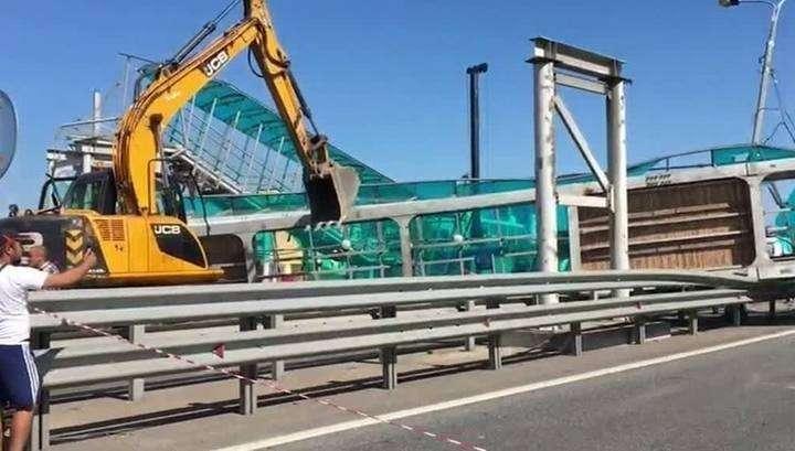 Шофёр-идиот снёс поднятым кузовом пешеходный мост на Ярославском шоссе