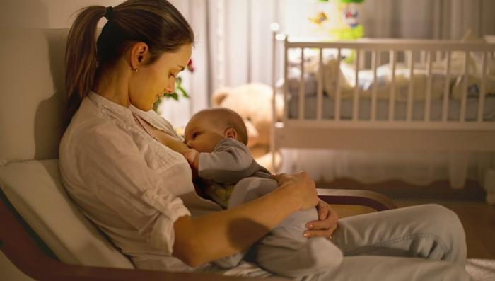 Женское грудное молоко обладает чудесными свойствами: лечит рак, защищает от инфекций