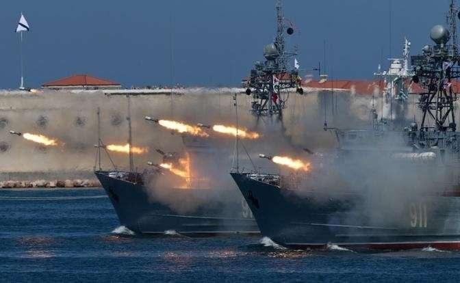 На фото: военная техника во время парада в честь Дня Военно-морского флота России