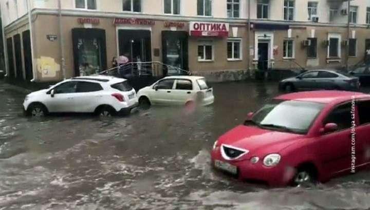 Пермь приходит в себя после урагана: потоп, упавшие деревья и покореженные машины