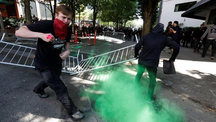 В Портленде жёстко разгоняют протестующих как в Шарлотсвилле год назад