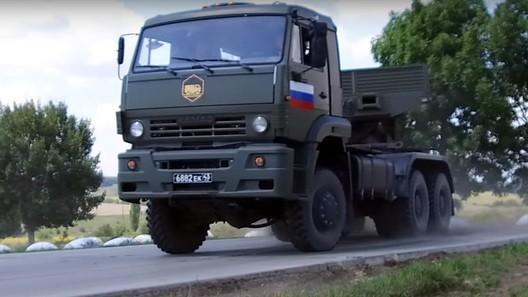 Грозная техника в нежных руках: посмотрите, как русские девушки гоняют на военных Камазах!