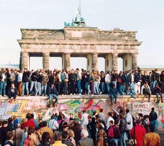 Восточные немцы: верните нам Берлинскую стену и сделайте её на 2 метра выше!