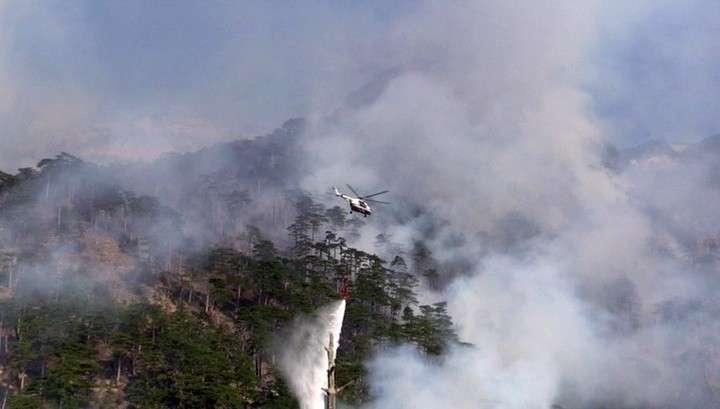 Лесной пожар в Крыму возле Ялты тушат три вертолёта и самолёт