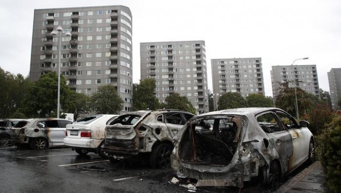Швеция. Хорошо организованные банды жгут автомобили по всей стране
