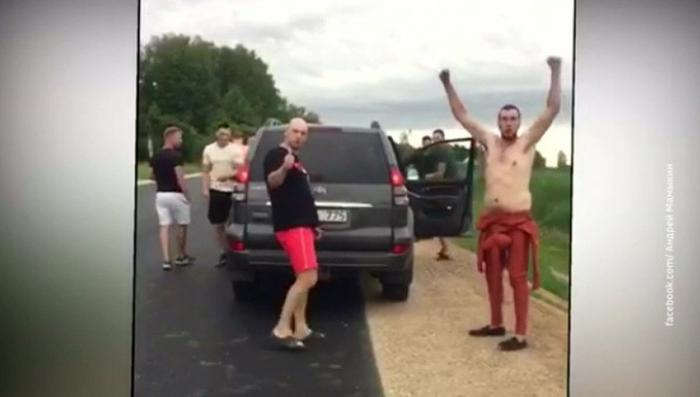 В Латвии пьяные нацисты напали на участников автопробега за русские школы