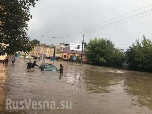 Львов тонет, машины плывут: мощный ливень затопил город | Русская весна