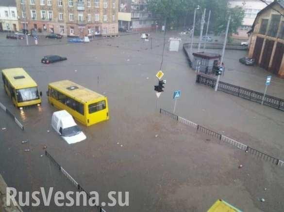 Львов тонет, машины плывут: мощный ливень затопил город