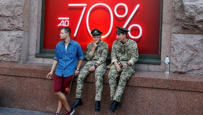 В разы дороже, чем в России. В двух супердержавах протестуют против парадов