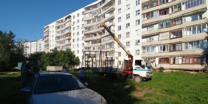 В Новосибирске дикий депутат спилил качели у детсада и установил в своем дачном поселке