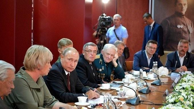 Встреча Владимира Путина спредставителями поискового движения России иветеранами войны