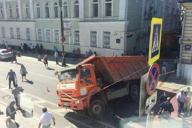 В центре Москвы провалился под землю КамАЗ