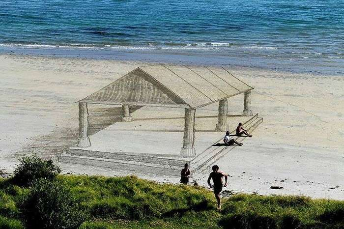 Оптическая иллюзия на песке.