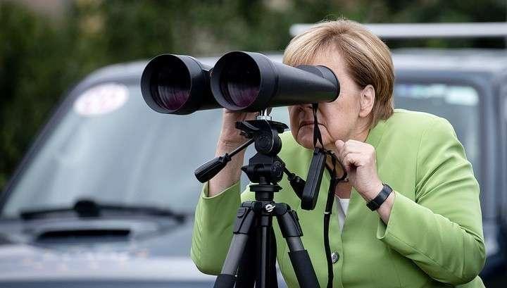 Ангела Меркель рассмешила подглядыванием за русскими военными
