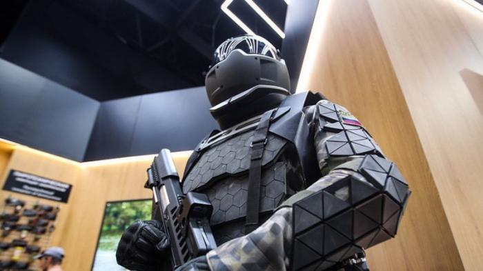 Новый российский военный экзоскелет позволяет стрелять из пулемета одной рукой