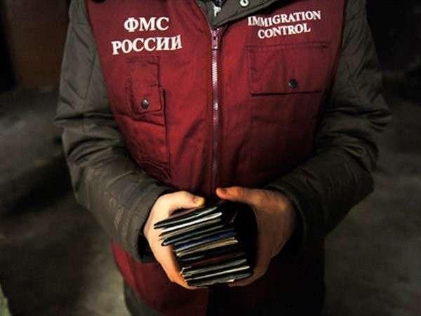 Паспорта в руках сотрудника ФМС