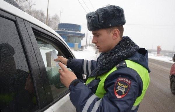 Инспектор ДПС забрал документы и тянет время: в чем подвох, и что делать водителю?