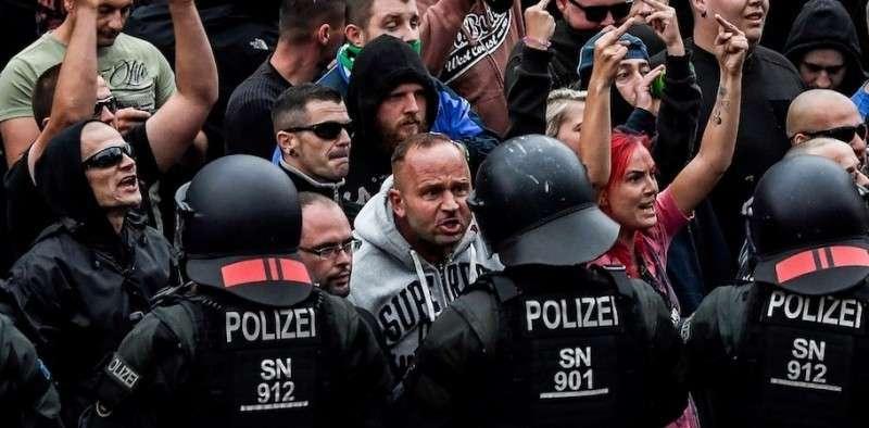 Германию уверенно ведут к гражданской войне