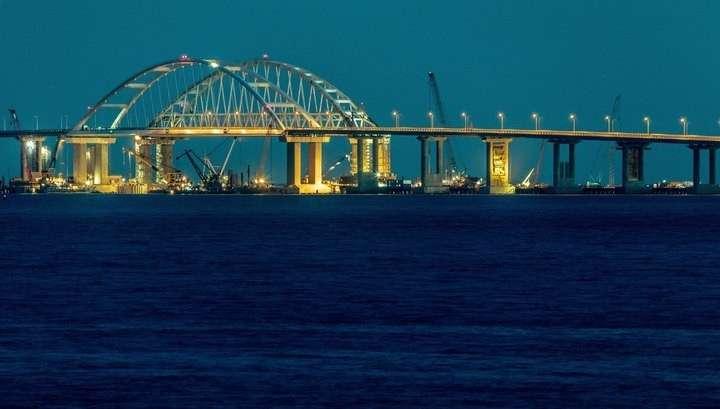 Плавучий кран ударился о Крымский мост, движение на одном из участков моста ограничено