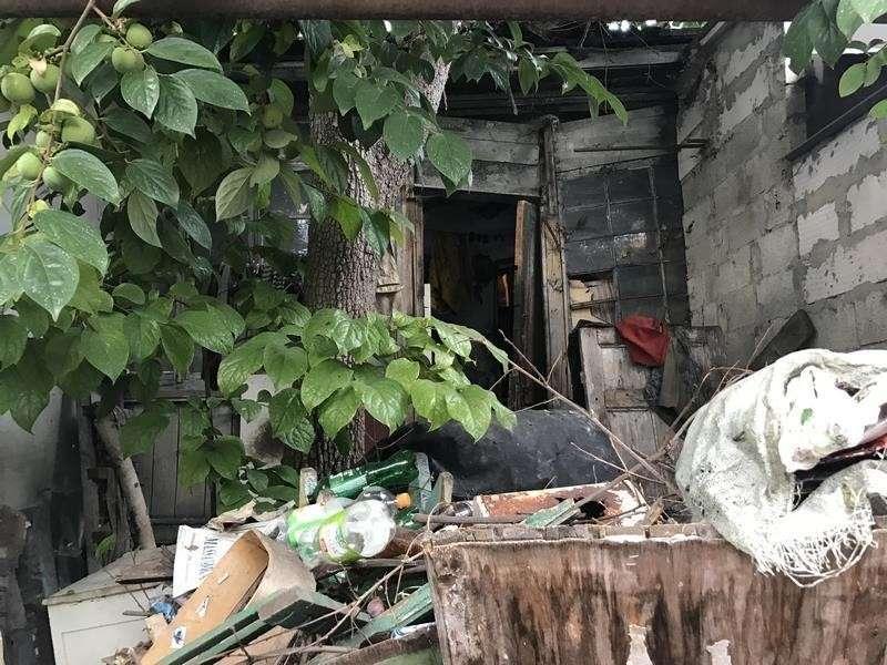 В Ялте «социальный юрист» выкинула пенсионера из квартиры на помойку