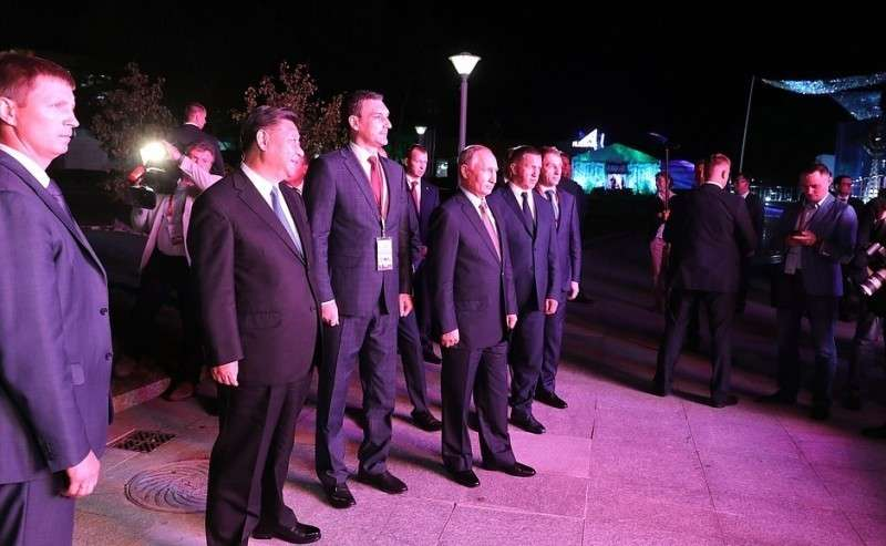 Президент России Владимир Путин иПредседатель КНР Си Цзиньпин посетили выставку «Улица Дальнего Востока».