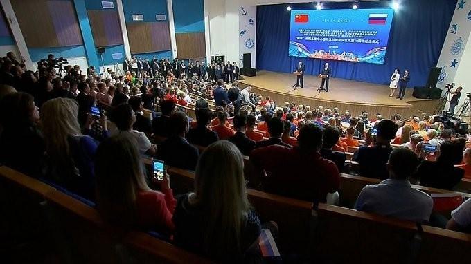 Владимир Путин и Си Цзиньпин посетили детский центр «Океан»