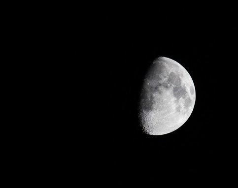Астроном из Рима снял на видео десятки НЛО на фоне Луны