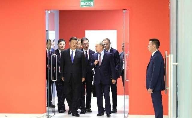Владимир Путин и Си Цзиньпин перед началом российско-китайских переговоров в расширенном составе. 11 сентября 2018 года, Владивосток