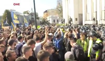 В Киеве нацисты пошли на штурм Рады, нардепам рекомендуют бежать через подземные ходы